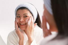 白糖去痘印的方法:白糖洗脸